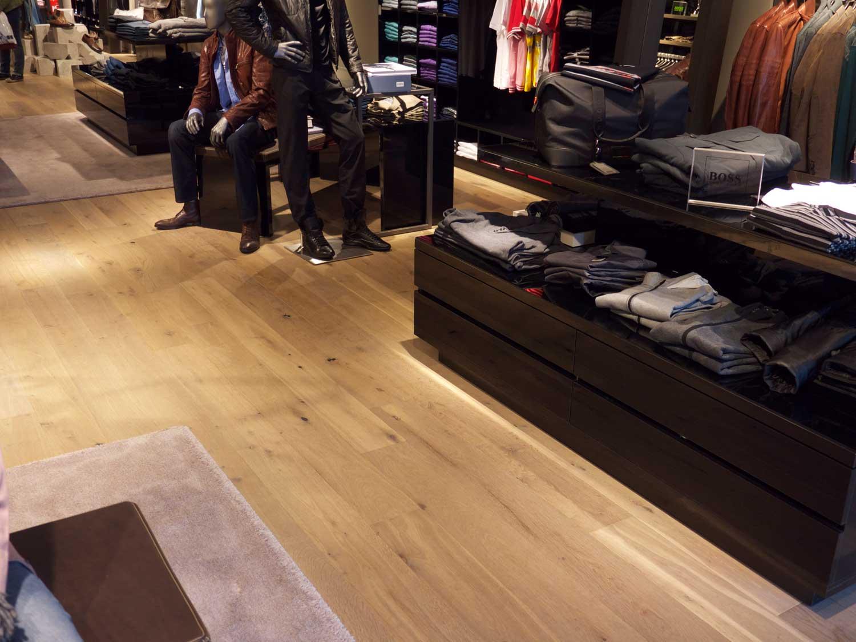 Hugo Boss Store Sylt, Eiche Canus, gealtert, leicht gebürstet, Schwarzkitt